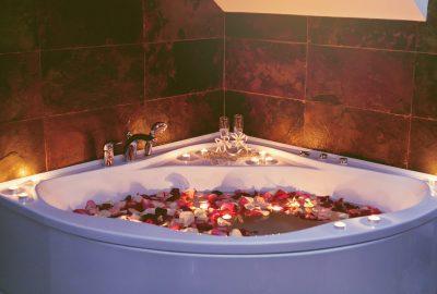 Romantic decorated bath tub in Ghent erotic masssage salon